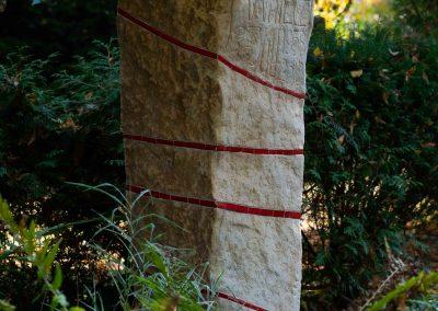 Grabstein aus sandstein mit Keramikornament
