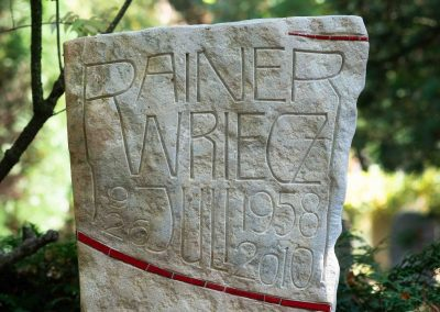 Grabstele mit keilförmig vertiefter Inschrift