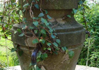 Brunnenstele aus Sandstein mit drei Wasserhähnen