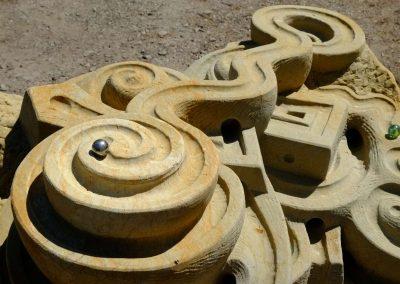 Stahlkugel rollt die Murmelbahn entlang