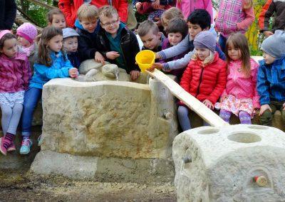 Bau einer künstlerisch gestalteten Wasserspielanlage in einer Kindertageseinrichtung
