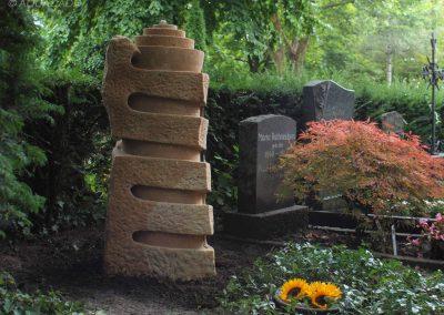 handgefertigtes Kindergrabmal aus Sandstein