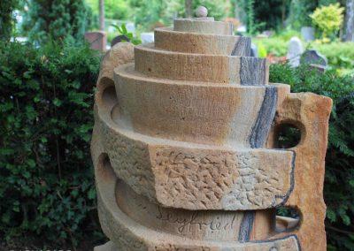 handgefertigtes Kindergrabmal mit Spielmöglichkeit Murmeln