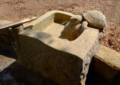 künstlerisch gestaltetes Wasserbecken mit Wasserspeier