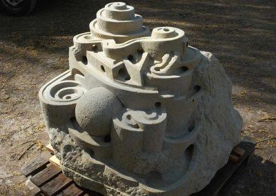 Großer Sandstein zur Murmelbahn gearbeitet