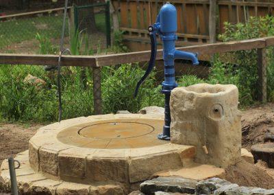Spielplatzpumpe mit Pumpenständer