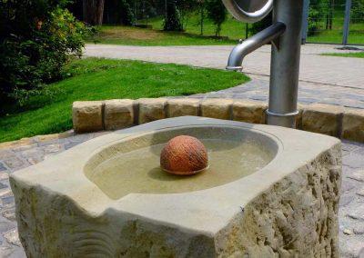 Edelstahl Spielplatz Schwengelpumpe mit künstlerisch gestalteten Steinbecken