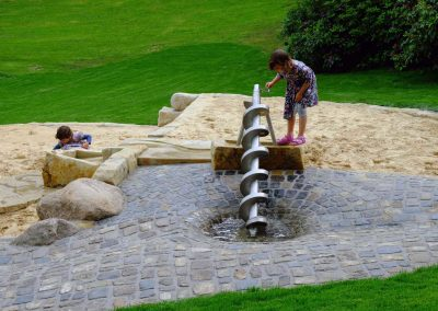 Kind spielt an der Archimedischen Schraube auf dem Spielplatz im Bürgerpark Bielefeld