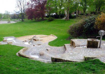 Wasserspielplatz in Bielefeld aus Natursteinen gebaut mit Archimendischer Schraube