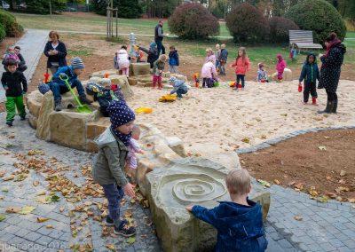 Kinder können mit verschiedenen Wasserspielgeräten spielen