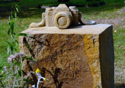 künstlerisches Grabmal aus Sandstein mit Ornament, handgearbeitet