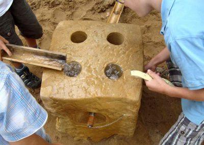 Wasser wird mittels Stöpsel angestaut und mit Rinnen weiter geleitet