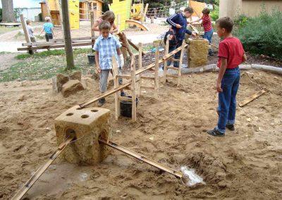 Kinder spielen mit der neuen mobilen Wasserspielanlage