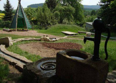 naturnaher Spielplatz zum spielen mit Wasser