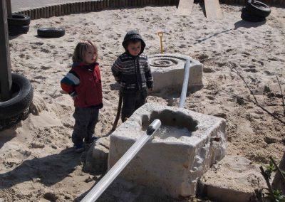 gestalteter Wasserspielbereich aus Naturstein