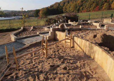 Bau einer naturnahen Wasserspielanlage mit mobilen Wasserrinnen für großen Spielspaß